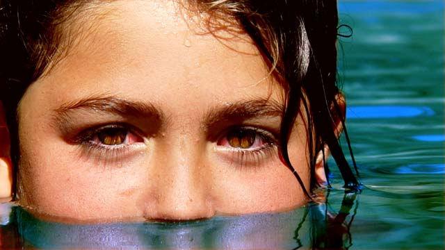 ¿Por qué se nos irritan los ojos en las piscinas?